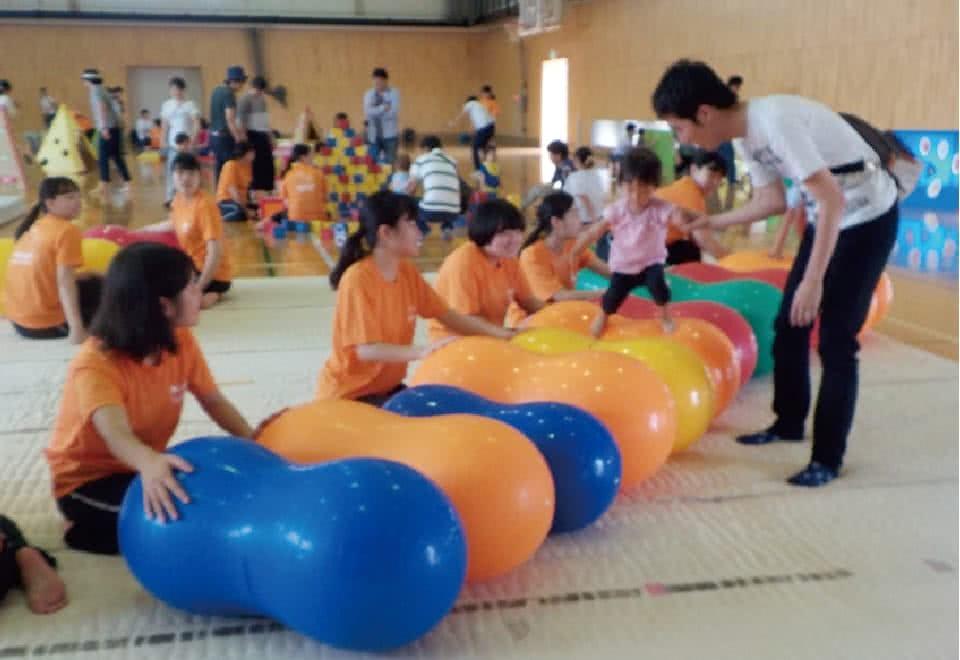写真:みまさか子育てカレッジ。子供との活動の様子