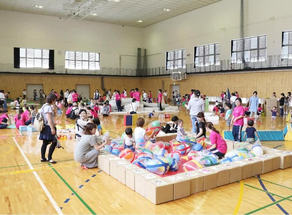 写真:みまさか子育てカレッジの活動として、体育館でマットや遊具を使って遊ぶ親子たち