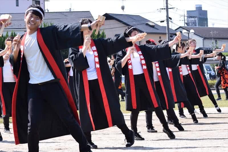 写真:ステージでよさこいを踊る様子