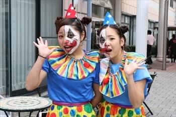 写真:ピエロの格好した2人の女子学生