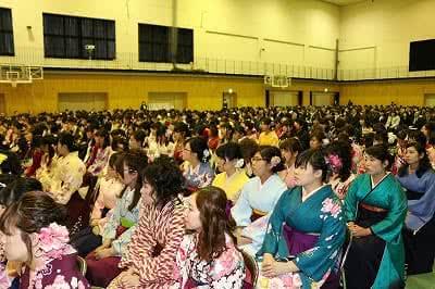 写真:会場全景。座席に座る卒業生たち。その向こうには保護者が座っている