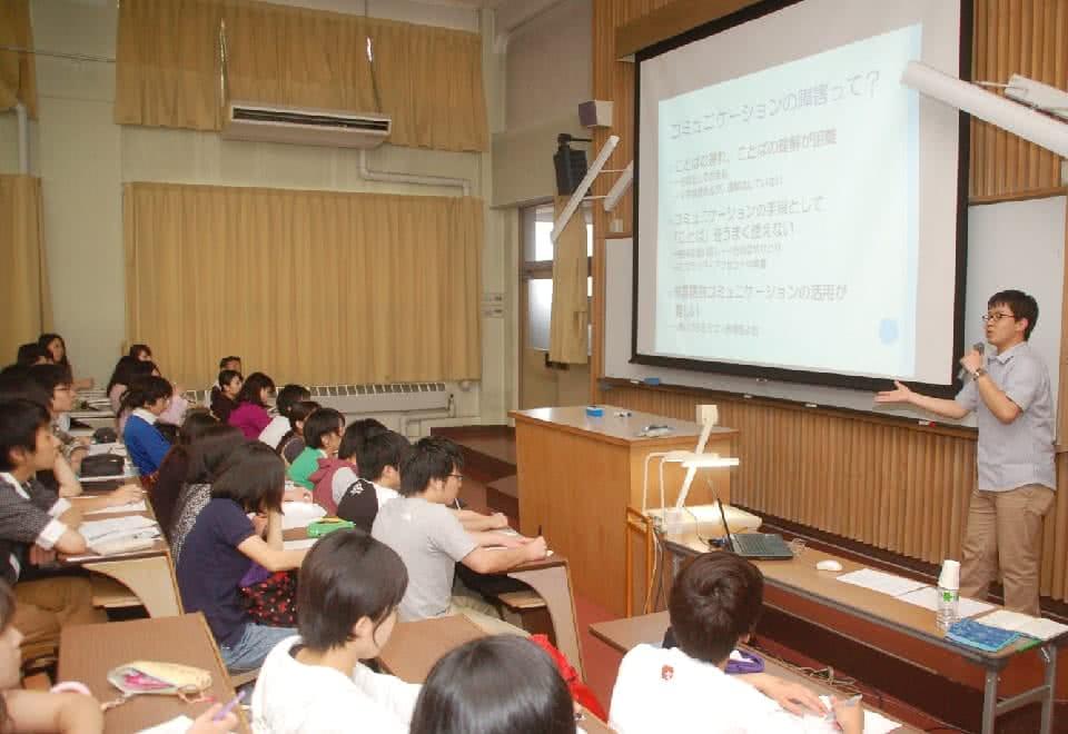 写真:現場で活躍する卒業生が特別講座をしている様子