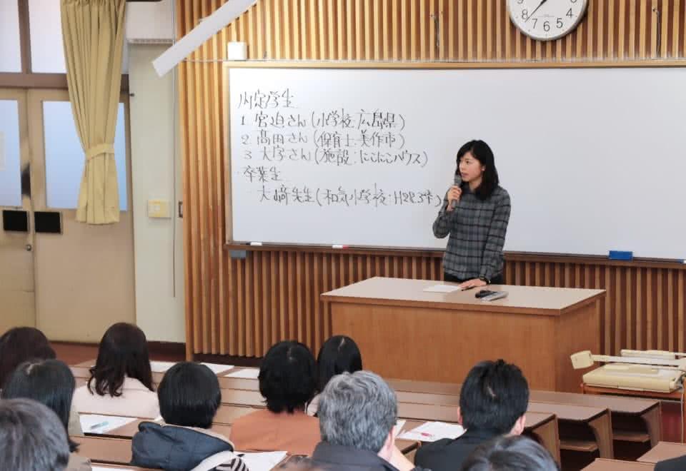 写真:就職活動体験談の壇上で語る女子卒業年次生と、それを聞く学生たち