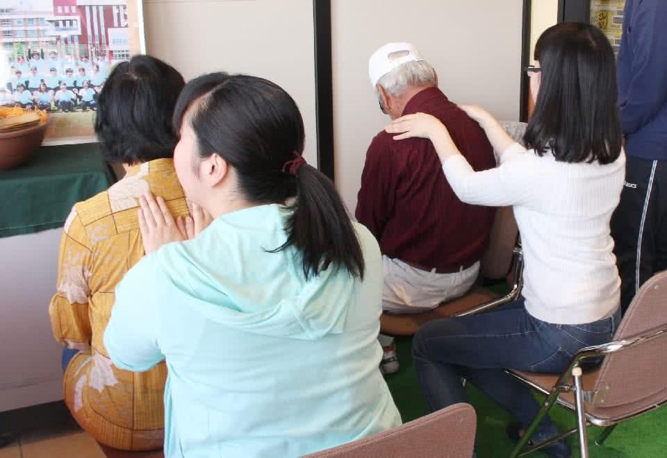 写真:学生が肩もみをしている様子
