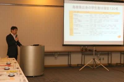 写真:スライドを使って桐生副学長が説明する様子