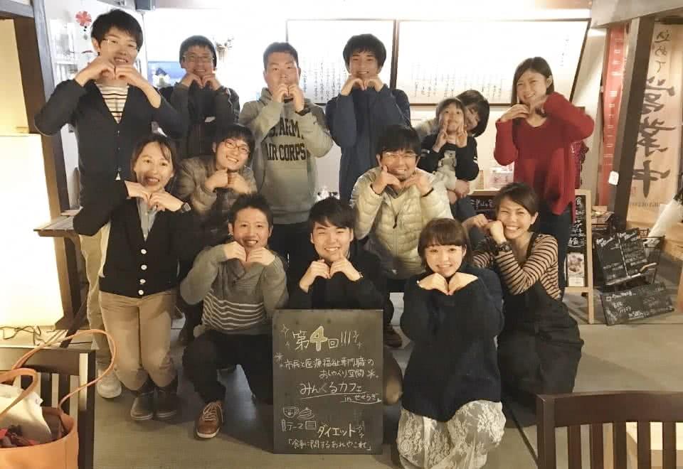 写真:それぞれ両手でハートを作って記念撮影するみんくるカフェ津山のスタッフ
