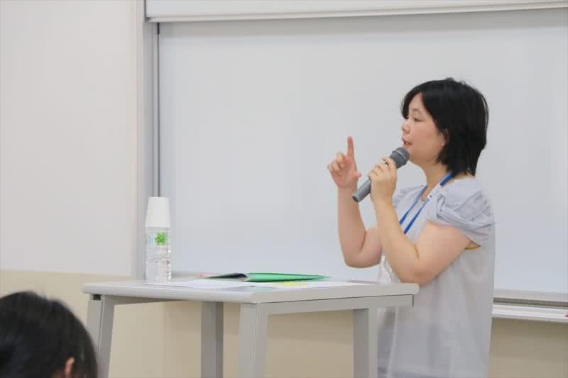 写真:教壇に立って話す講師