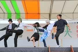写真:ダンスを披露する様子