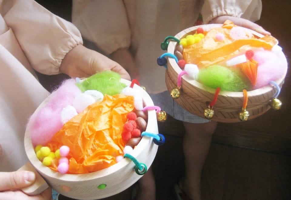 写真:開発した玩具の試作品に色とりどりの綿を入れたり鈴をつけて遊ぶ子ども