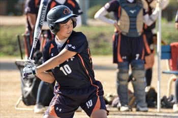 写真:バットをかまえる一人の選手