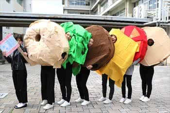 写真:ハンバーガーの衣装をまとった学生