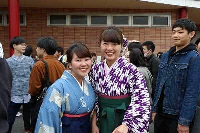 写真:二人並んでこちらを向いている女子卒業生