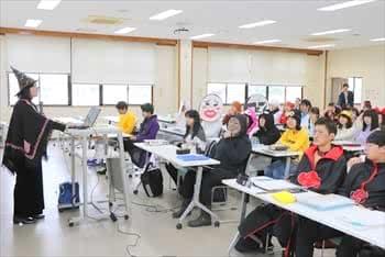 写真:仮装をして授業を受ける学生と仮装をして授業をする教員
