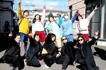 写真:仮装した学生が空を指さしてポーズする写真