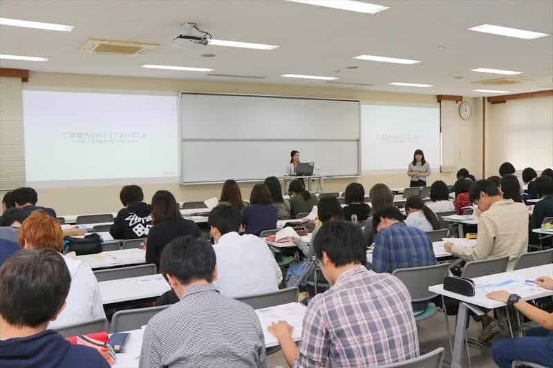 写真:講師の話を聞く大勢の学生