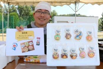 写真:屋台で販売したクッキーを持つ学生