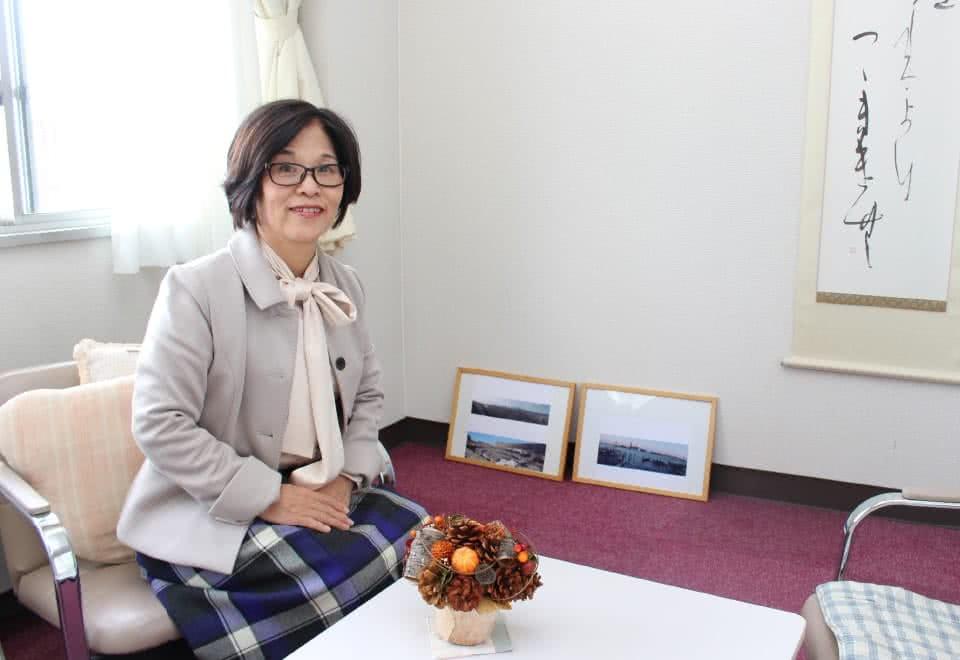 写真:学生相談室で椅子にかける女性のカウンセラー