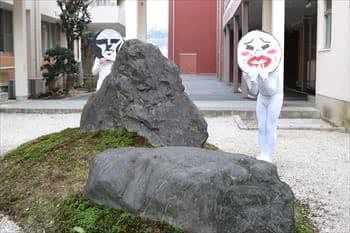 写真:LINEスタンプのキャラクターの格好をした学生がポーズをとる様子