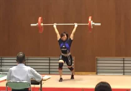 重量上げをする1名の女子学生