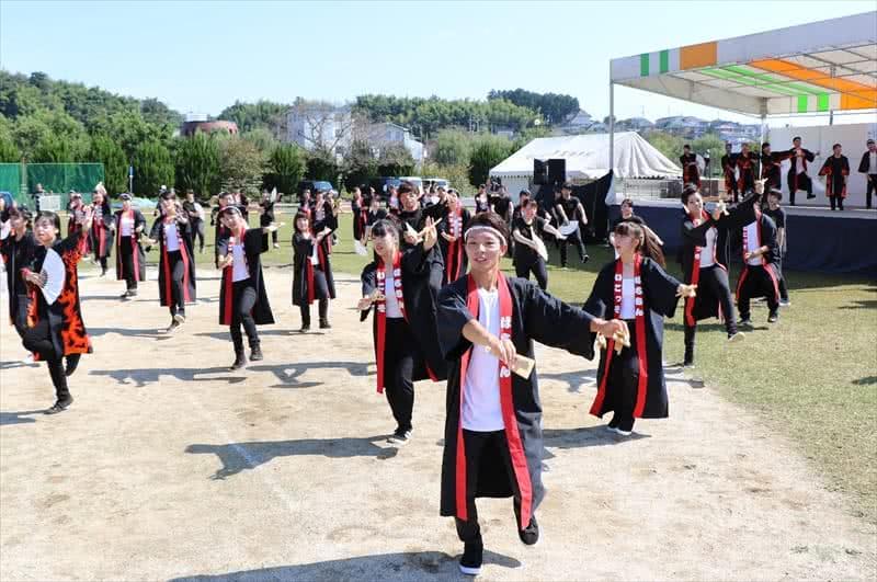 写真:おどりを踊る高知県人会と岡山県人会