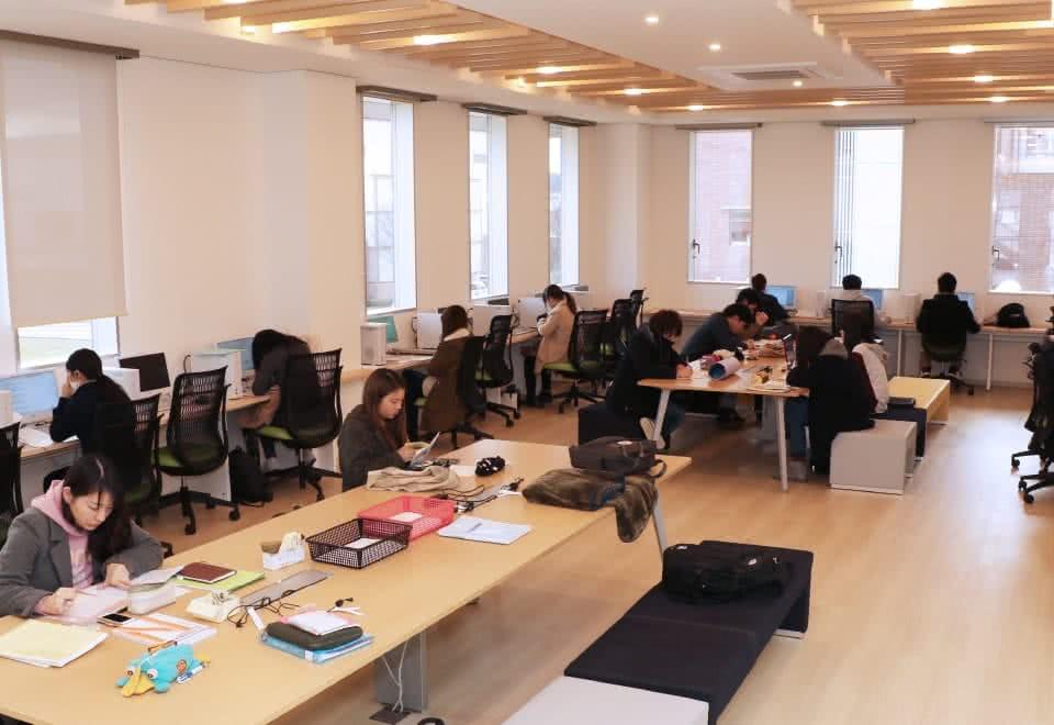 写真:コラボレーションラボ。パソコンを使ったり机で勉強する学生たち。