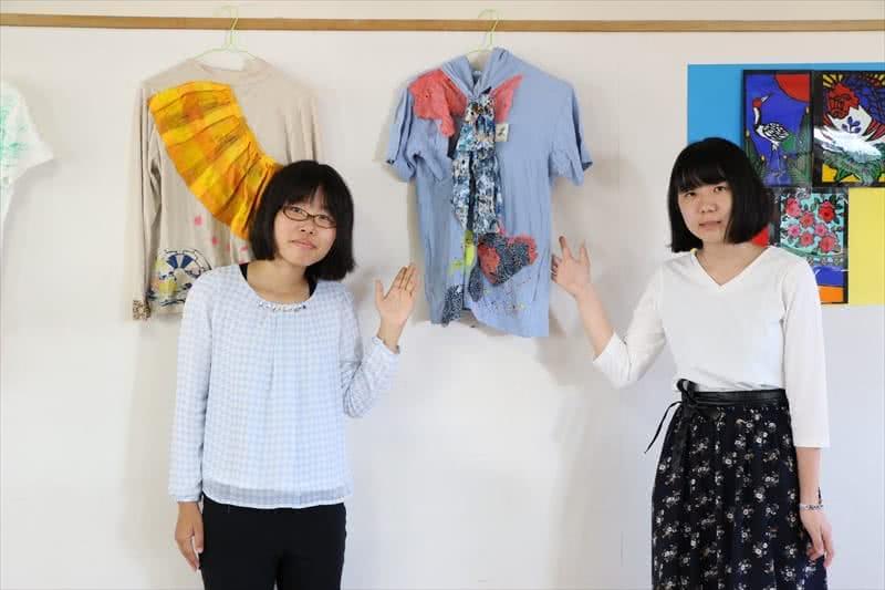 写真:作品を持って並んだ学生たち