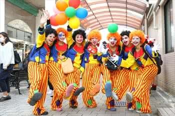 写真:ピエロの服をまとった女子学生の集合写真
