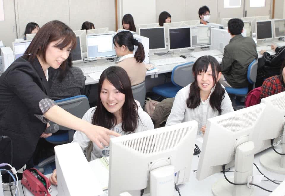 写真:パソコンの画面をみながら指導を受けている様子