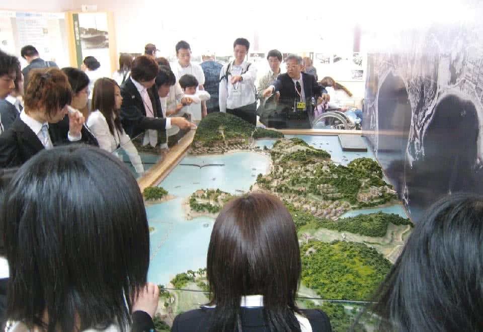 写真:視察研修の様子。国立療養所長島愛生園でジオラマを見学しています