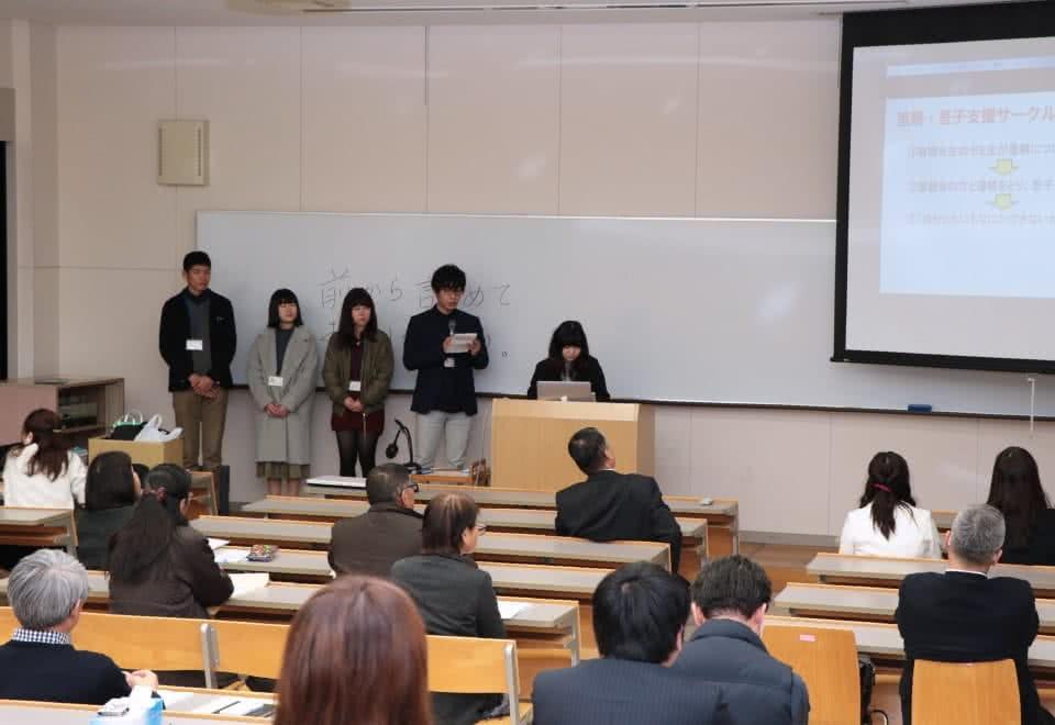写真:報告会で活動報告を行う里親・里子支援サークルの学生たち