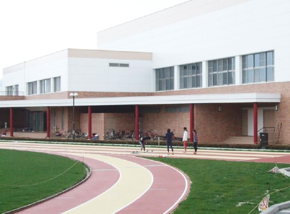 写真:右斜めより見るスポーツセンター