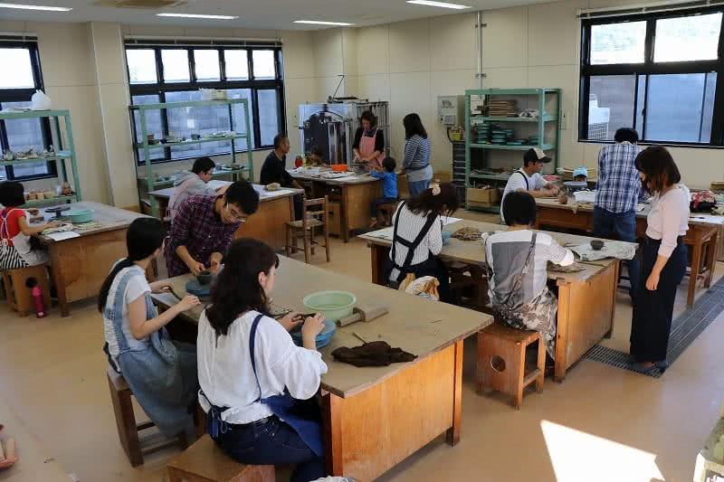写真:手びねり教室の様子