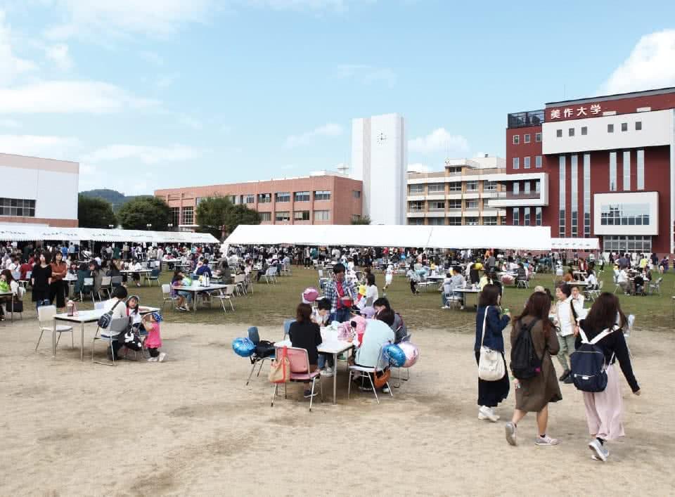 写真:白梅祭が行われている大学のグラウンド