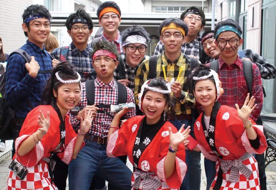 写真:ハロウィンイベントで扮装をしてポーズをとり写真に収まる生徒たち