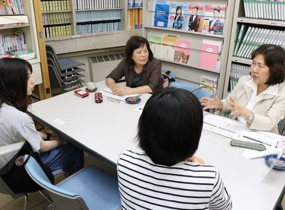写真:就職相談を行っている二人の女性現地スタッフと、それを受ける二人の女子学生。