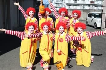 写真:マクドナルドのキャラクターの格好した学生たち