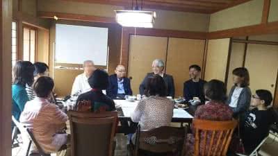写真:机を囲んで語らう12名の参加者