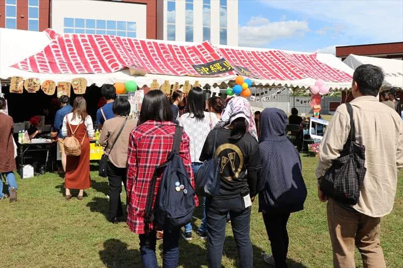 写真:沖縄県人会の模擬店に並ぶ大勢の人