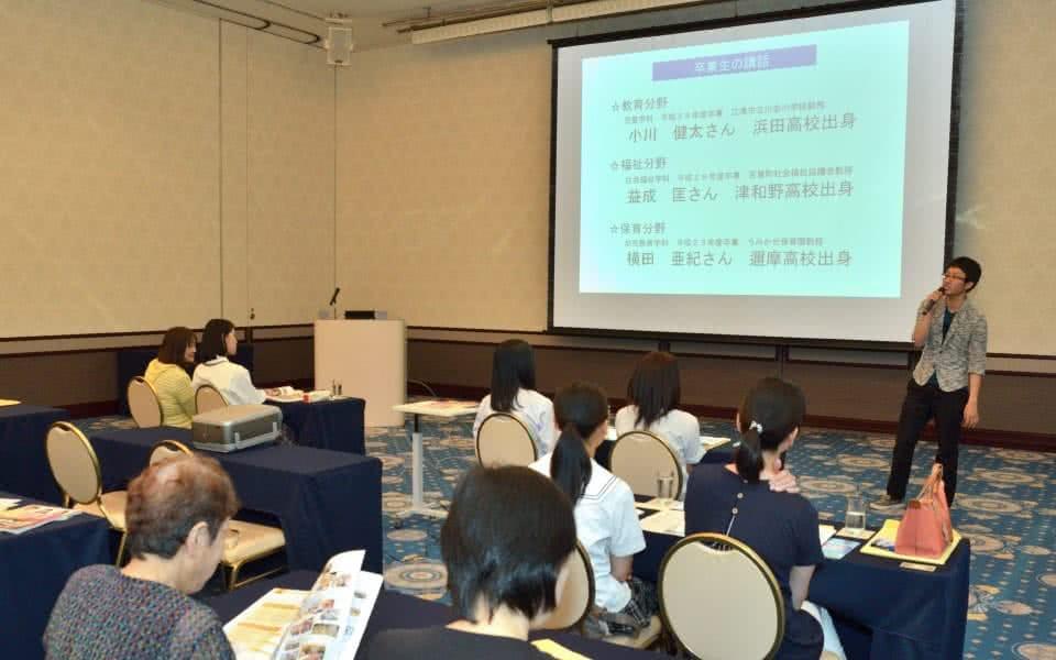 写真:プロジェクターを使った卒業生による講話