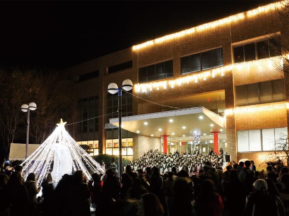 写真:点灯式。たくさんの学生や子供・保護者達でにぎわっている