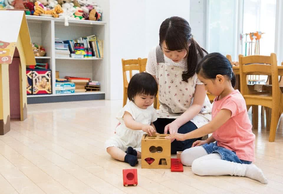写真:子供たちと遊ぶ様子