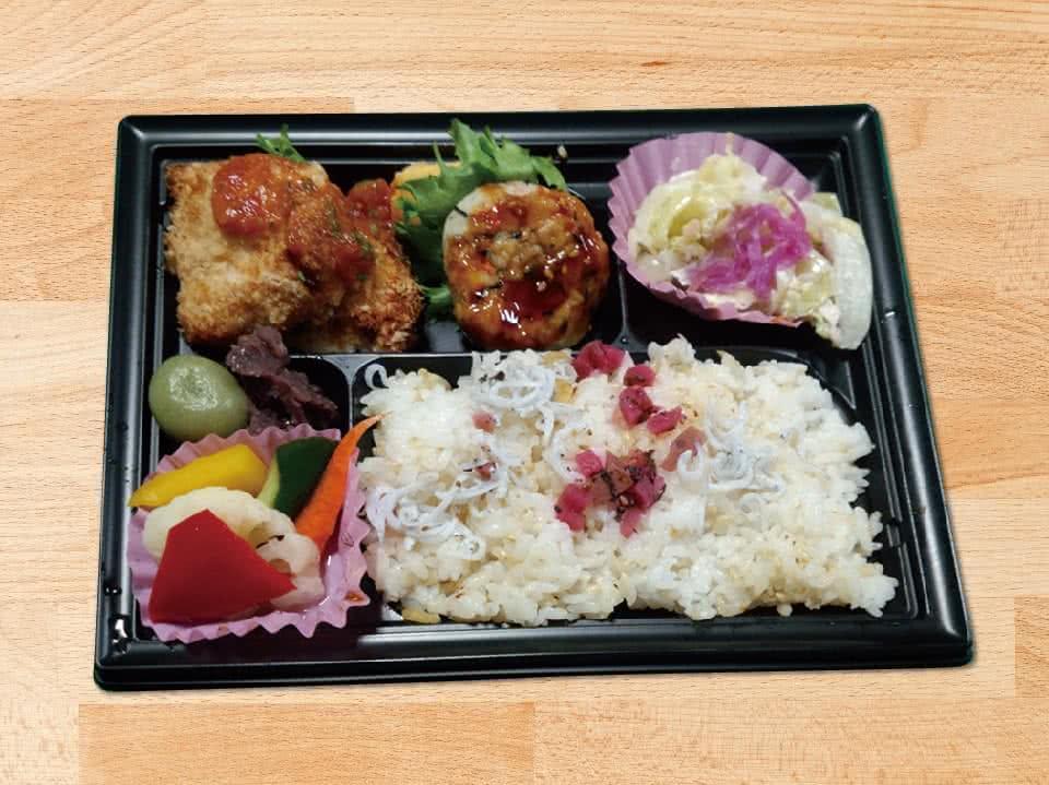 写真:かみかみサラダと塩麹鶏のオーブン焼Bento