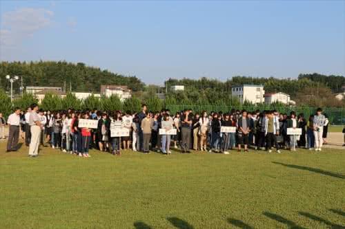 写真:避難場所に集まる大勢の学生