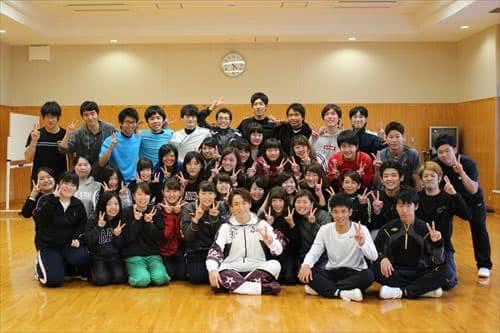 写真:EXILE TETSUYA氏と集合写真を撮影する学生
