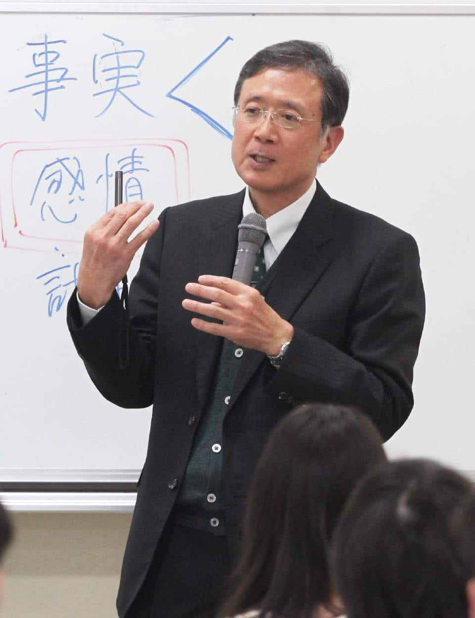 写真:童学科学科長/小学校教員養成コース長 渡邉 淳一。授業をしている様子