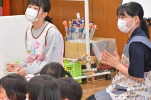 園児を見守る学生