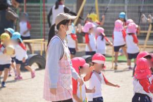 園児と遊ぶ学生