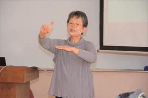 佐藤先生の手話授業の様子