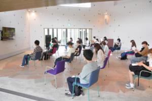 津山市洋学資料館にて説明を聞く学生たち