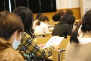 聴講する学生の様子